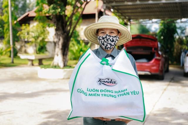 Người dân ở Quảng Nam rất xúc động khi nhận quà hỗ trợ từ HUDA
