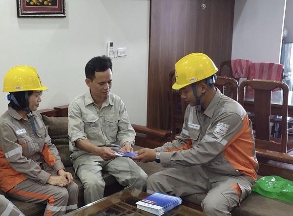 Công nhân Điện lực TP. Hạ Long tuyên truyền an toàn điện trong nhân dân