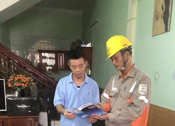 Công nhân Đội QLVHLĐCT Quảng Ninh tuyên truyền an toàn điện trong nhân dân