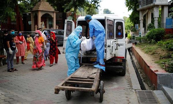 Các nhân viên y tế di chuyển thi thể một người chết vì COVID-19 tại New Delhi, Ấn Độ, hôm 22/8 (Ảnh: Reuters)