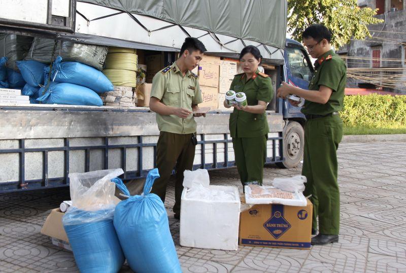 Lực lượng chức năng đang tiến hành kiểm tra các sản phẩm hàng hóa