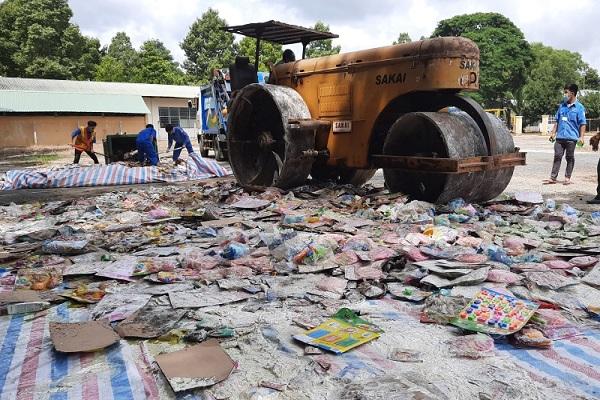 Lực lượng chức năng Vĩnh Long tiến hành tiêu hủy hàng hóa vi phạm