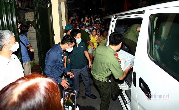 Lực lượng chức năng khám xét nhà riêng của ông Nguyễn Đức Chung tối 28/8. Ảnh: Phạm Hải