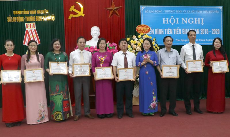Đồng chí Nguyễn Thị Quỳnh Hương, Giám đốc Sở Lao động, Thương binh và Xã hội tặng giấy khen cho các cá nhân có thành tích trong phong trào thi đua yêu nước giai đoạn 2015 - 2020
