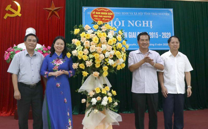 Đồng chí Lê Quang Tiến, Phó Chủ tịch UBND tỉnh tặng hoa chúc mừng tại hội nghị
