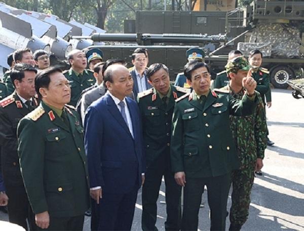 Thủ tướng Chính phủ Nguyễn Xuân phúc cùng lãnh đạo Bộ Quốc phòng thăm Triển lãm khoa học công nghệ quân sự tại Hội nghị Quân chính toàn quân năm 2019. Ảnh: Phú Sơn