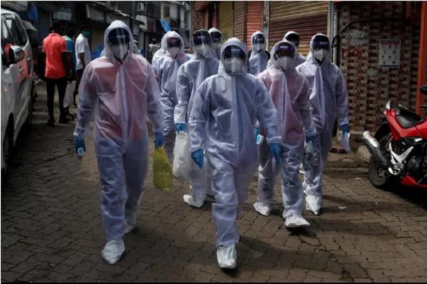 Các nhân viên y tế Ấn Độ đi tuần tra ở thành phố Mumbai (Ảnh: Reuters)