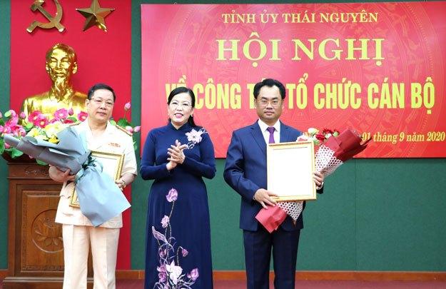 Bí thư Tỉnh ủy Thái Nguyên trao quyết định và chúc mừng đồng chí Trịnh Việt Hùng và đồng chí Bùi Đức Hải