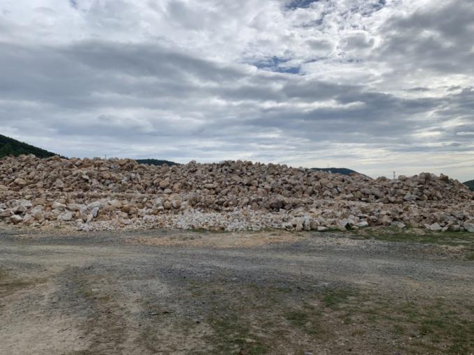 khoảng hơn 4.000 tấn khoáng sản (đá bạc) được tập kết tại bãi thuộc Công ty TNHH khai thác vật liệu và xây dựng Hồng Lĩnh nhưng không có hồ sơ chứng minh nguồn gốc