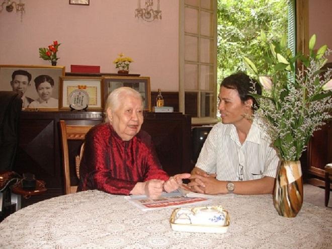 Tác giả trong một lần trò chuyện với cụ  Hoàng Thị Minh Hồ