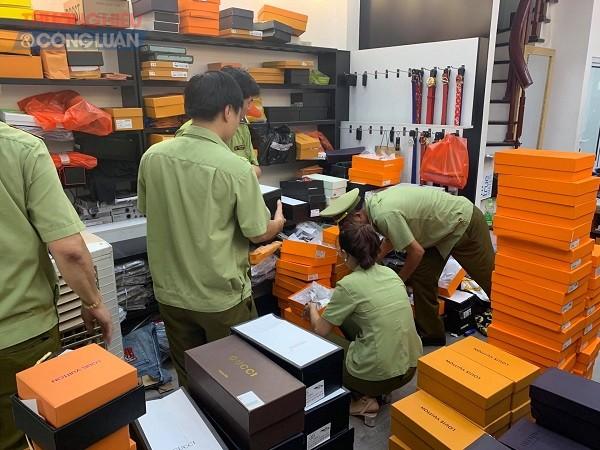 kiểm tra đột xuất 07 cửa hàng kinh doanh quần áo, giày dép, túi xách tại chợ Baza