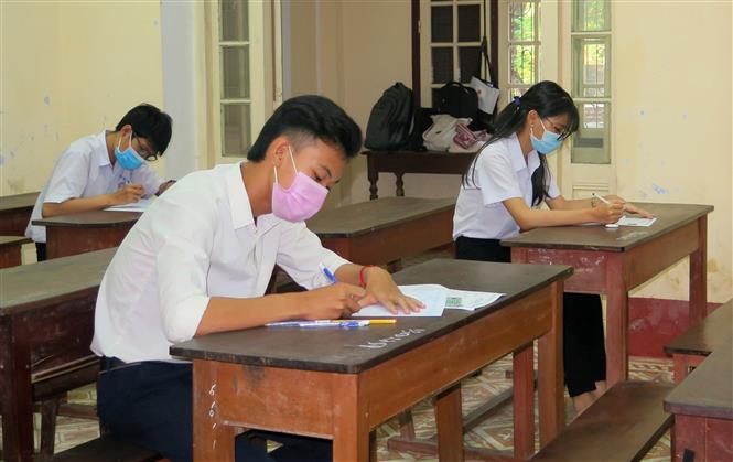 Thí sinh đeo khẩu trang khi làm bài thi