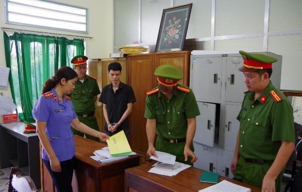 Cơ quan Công an khám xét nơi làm việc của Bạch Hồng Phương. Ảnh: Công an tỉnh Hà Giang