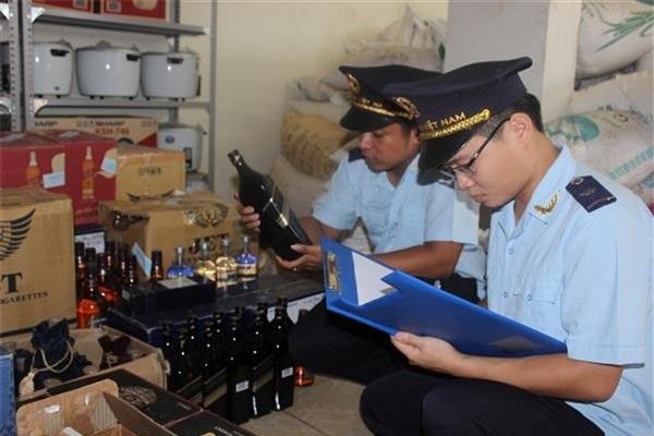 Bắt giữ và xử lí hàng hóa vi phạm (Ảnh: Báo Hải quan)