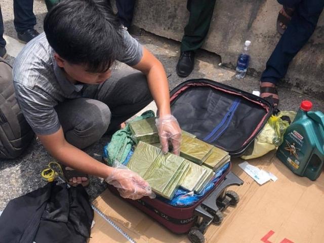 Tang vật thu giữ gồm 21 kg ma túy đá, 18 bánh heroin, 3 kg ma túy tổng hợp Ketamine