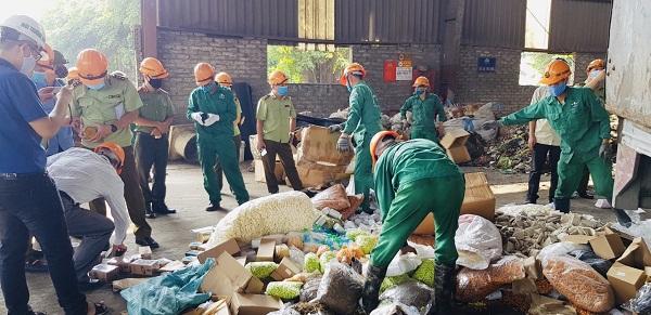 Lực lượng chức năng tiến hành tiêu hủy hàng hóa vi phạm