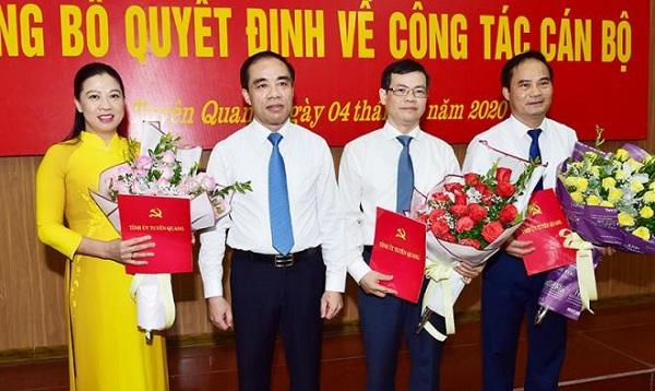 Bí thư tỉnh ủy Tuyên Quang Chẩu Văn Lâm chúc mừng các cán bộ được Thủ tướng phê chuẩn chức vụ mới.