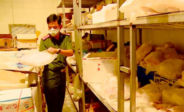 Lực lượng chức năng kiểm tra kho hàng đông lạnh của Công ty TNHH Moon Milk