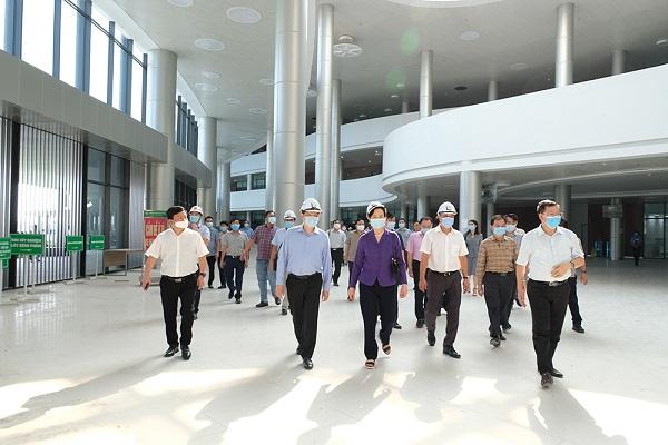 GS.TS Nguyễn Thanh Long cùng Bí thư Tỉnh ủy Hà Nam Lê Thị Thủy và đoàn công tác khảo sát thực tế thi công 2 bệnh viện.