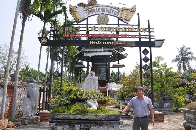 Nghệ nhân Ngọc Minh bên tấm bản đồ Thiên Long Việt Đồ, được Sách Kỷ lục Guiness quốc gia ghi danh