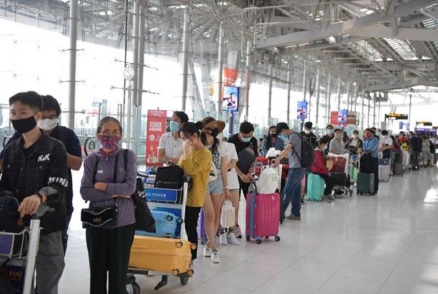 Công dân Việt Nam xếp hàng làm thủ tục chờ lên máy bay về nước. Ảnh minh họa. (Ảnh: Hữu Kiên/TTXVN)