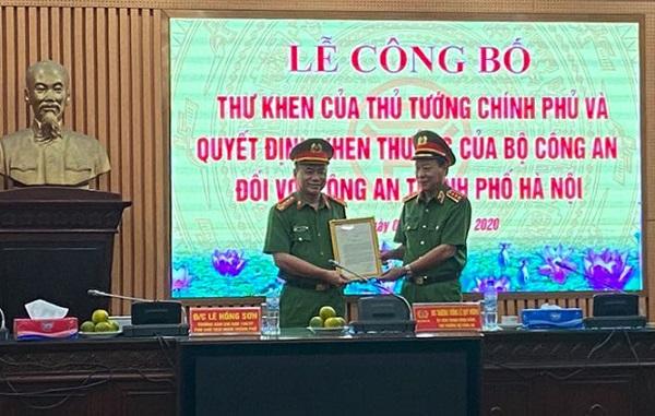 Thứ trưởng Bộ Công an Lê Quý Vương trao Thư khen của Thủ tướng Chính phủ cho lãnh đạo Công an thành phố Hà Nội.