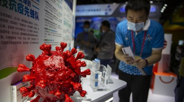 Gian hàng trưng bày vaccine COVID-19 tiềm năng tại Hội chợ CIFTIS đang diễn ra tại Bắc Kinh. (Ảnh: AP)