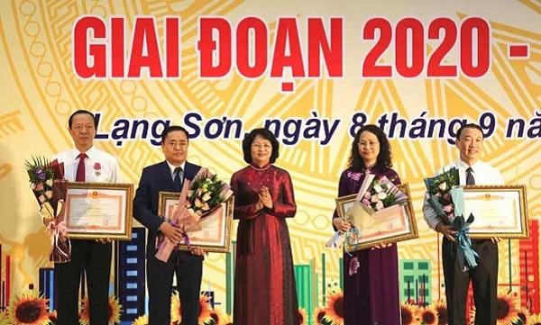 Phó Chủ tịch nước Đặng Thị Ngọc Thịnh trao bằng khen của Thủ tướng Chính phủ cho các cá nhân điển hình tiên tiến