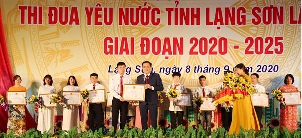 Đồng chí Hồ Tiến Thiệu, Phó Bí thư Tỉnh ủy, Chủ tịch UBND tỉnh, Chủ tịch HĐTĐKT tỉnh trao bằng khen của Thủ tướng Chính phủ cho các tập thể, cá nhân điển hình tiên tiến