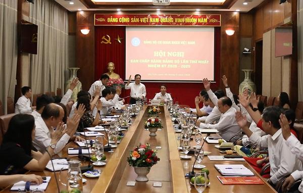 Các ủy viên Ban chấp hành biểu quyết tại phiên họp