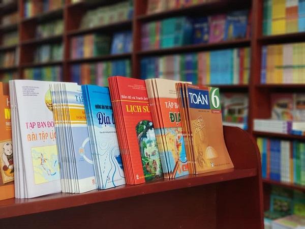 Hiện nay, trên thị trường có nhiều loại sách tham khảo không khác gì một ma trận mà phụ huynh, học sinh khó lòng biết được cuốn nào cần mua, cuốn nào không (Ảnh minh họa)