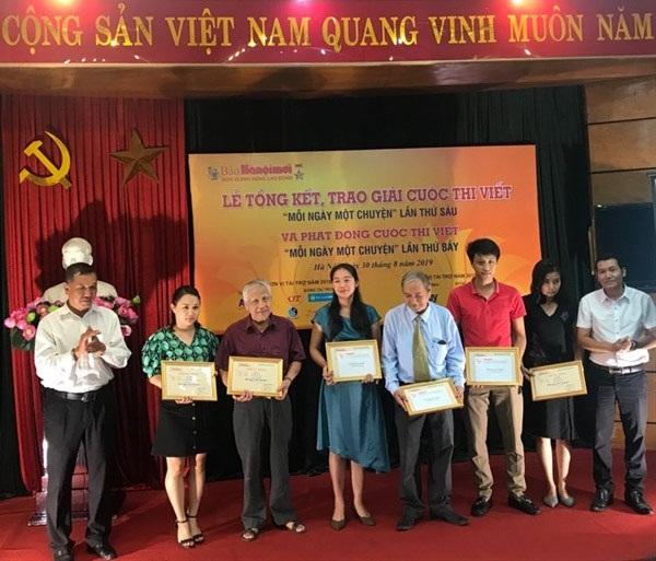 Các tác giả nhận giải cuộc thi viết