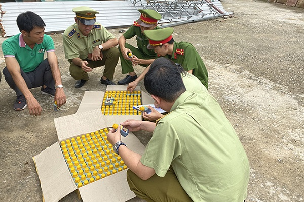 Các cơ quan chức năng đang kiểm tra số thuốc bảo vệ thực vật bị bắt giữ.