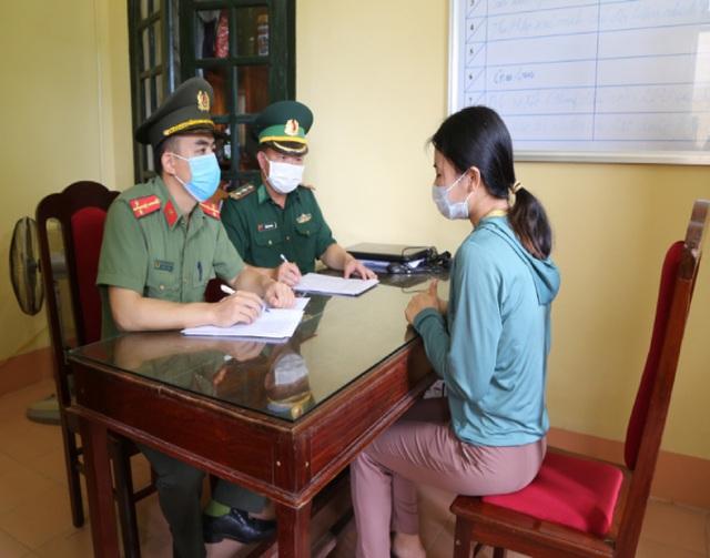 Lực lượng chức năng lấy lời khai của Nguyễn Thị Mỹ Xoan, là một trong hai đối tượng được xác định cầm đầu đường dây. Ảnh: Công an Hà Tĩnh
