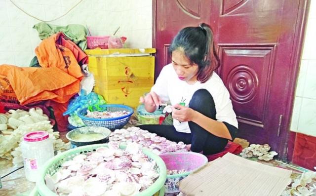 Sản xuất hàng mỹ nghệ từ vỏ ốc tại phường Trung Sơn.