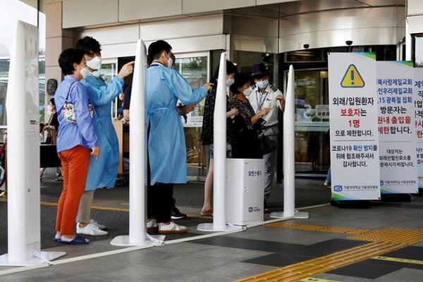 Người dân đeo khẩu trang tại lối vào một bệnh viện ở Seoul ngày 26/8 (Ảnh: Reuters)