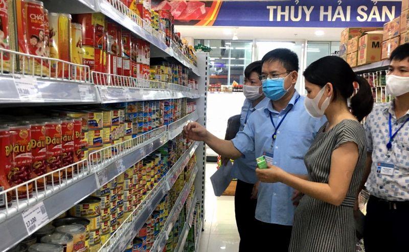 Các đoàn kiểm tra tại các siêu thị, cơ sở kinh doanh thực phẩm trên địa bàn tỉnh (Nguồn: Ban Quản lý an toàn thực phẩm tỉnh).