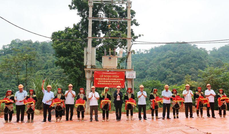 Các đại biểu cắt băng khánh thành Công trình điện xóm Cao Biền, xã Phú Thượng, huyện Võ Nhai