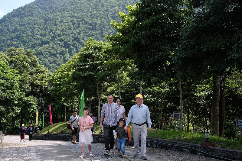 Bóng mát của những hàng cây xanh theo chân du khách trên những con đường đến tham quan Khu di tích Pác Bó, Cao Bằng