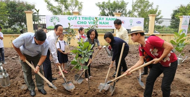 """Nghệ sĩ ưu tú Xuân Bắc đã tham gia đồng hành cùng """"Quỹ 1 triệu cây xanh cho Việt Nam"""" trong các hoạt động trồng cây tại các địa phương trong nhiều năm qua."""