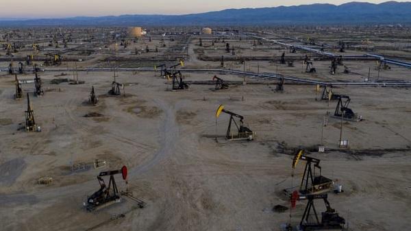 Tồn kho tại Mỹ bất ngờ tăng cao, giá dầu quay đầu giảm