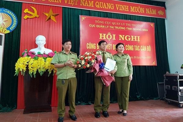 Phó Tổng Cục trưởng Chu Thị Thu Hương và Cục trưởng Cục QLTT Quảng Bình Vũ Quang Thắng tặng hoa, chúc mừng tân Phó Cục trưởng Cục QLTT Trần Quang Trung
