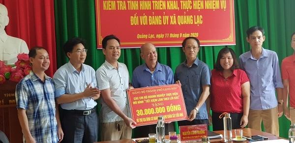 Chủ tịch HĐTV kiêm Giám đốc Công ty TNHH thương mại xây dựng Thiên Phú, Trần Thế Kiên cùng các DN trao tặng quà cho gia đình ông