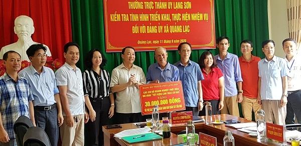 Bí thư Thành ủy TP. Lạng Sơn, Nguyễn Công Trưởng cùng các DN trao tặng quà cho hộ gia đình ông