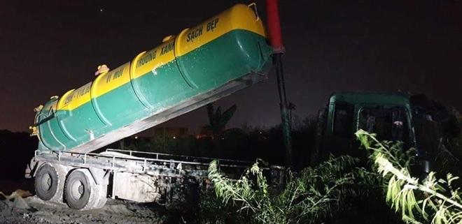 bắt quả tang 2 xe ô tô của đơn vị môi trường xanh sạch đẹp đổ trộm chất thải lúc nửa đêm.