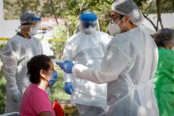 Nhân viên y tế lấy mẫu xét nghiệm Covid-19 tại Mexico City, Mexico (Ảnh: THX/TTXVN)