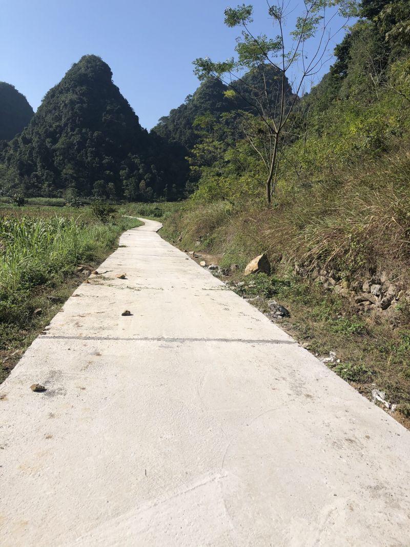 Con đường bê tông nông thôn tại xã Ngọc Động, huyện Quảng Hòa khi hoàn thành đã góp phần đổi thay cuộc sống của người dân
