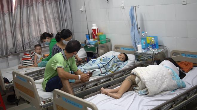 Các em học sinh đang nằm điều trị tại Khoa Nhi, Bệnh viện Q.2, TP. HCM. Ảnh: BVCC