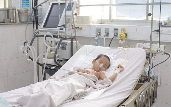 Bệnh nhi mặc bạch hầu đang điều trị tại bệnh viện - Ảnh: TS-