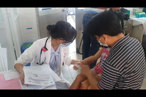 Một phụ huynh có con học tại trường Tiểu học Bình Trưng Đôngđưa con đến thăm khám tại Bệnh viện quận 2